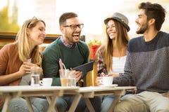 Группа в составе 4 друз имея кофе совместно Стоковые Изображения RF