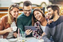 Группа в составе 4 друз имея потеху кофе совместно Стоковое Фото