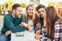 Группа в составе 4 друз имея потеху кофе совместно Стоковые Изображения RF