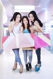 Группа в составе девочка-подросток ходя по магазинам совместно Стоковые Фотографии RF