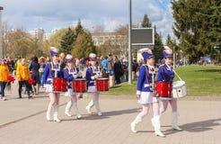 Группа в составе девушки барабанщика в голубых костюмах Стоковые Изображения
