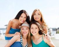 Группа в составе девушки в кафе на пляже стоковые изображения rf