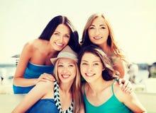 Группа в составе девушки в кафе на пляже Стоковое Фото