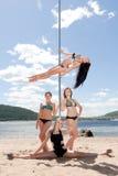 Группа в составе девушки в купальных костюмах на танцах поляка Стоковое Изображение