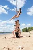 Группа в составе девушки в купальных костюмах на танцах поляка Стоковое Фото