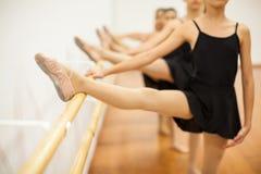 Группа в составе девушки в классе балета Стоковая Фотография