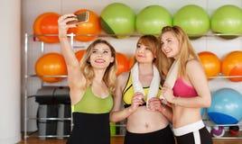 Группа в составе девушки в классе фитнеса делая selfi Стоковая Фотография