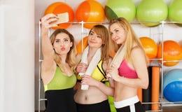 Группа в составе девушки в классе фитнеса делая selfi Стоковые Изображения