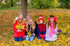 Группа в составе девушки в парке осени с листьями Стоковые Фото