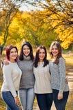 Группа в составе девушки в парке Стоковые Изображения