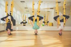 Группа в составе девушки делая воздушную йогу мухы Стоковые Изображения