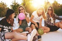 Группа в составе девушки имея потеху Стоковое Фото