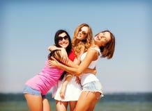 Группа в составе девушки охлаждая на пляже Стоковая Фотография