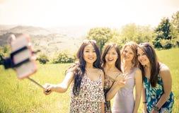 Группа в составе девушки принимая selfie в природе Стоковые Изображения