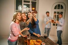 Группа в составе девушки друзей делая фото selfie Стоковые Изображения