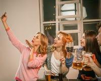 Группа в составе девушки друзей делая фото selfie Стоковые Фотографии RF