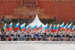 Группа в составе девушки с флагами Российской Федерации Стоковая Фотография