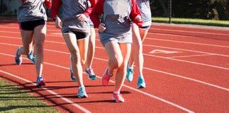 Группа в составе девушки тренируя на красном следе Стоковое Изображение RF