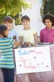 Группа в составе держать детей печет продажу стоковые изображения rf