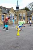 Группа в составе дети в классе физкультуры школы стоковые изображения rf