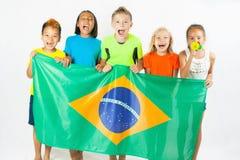 Группа в составе дети держа флаг Бразилии Стоковая Фотография