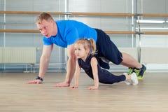 Группа в составе дети делая гимнастику детей в спортзале с учителем питомника Стоковое Изображение