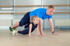 Группа в составе дети делая гимнастику детей в спортзале с teac питомника Стоковое Изображение