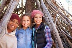 Группа в составе дети играя в лагере леса совместно Стоковые Изображения