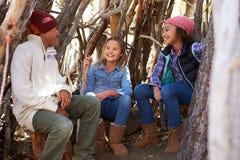 Группа в составе дети играя в лагере леса совместно Стоковое фото RF