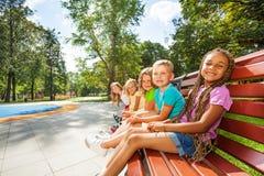 Группа в составе дети на стенде в парке Стоковые Изображения RF