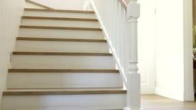 Группа в составе дети дома бежать вверх и вниз лестниц акции видеоматериалы
