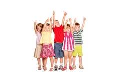 Группа в составе дети показывая большие пальцы руки поднимает знак стоковые изображения