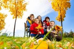 Группа в составе дети под деревом клена Стоковое Изображение
