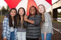 Группа в составе дети под зонтиком в дожде Стоковые Фотографии RF