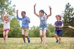 Группа в составе дети приезжая к финишной черте Стоковое Фото