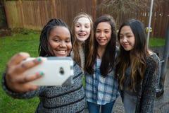 Группа в составе дети принимая selfie стоковые изображения rf