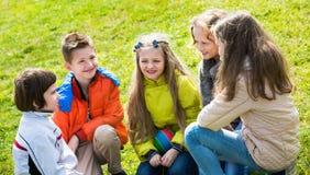 Группа в составе дети смеясь над весной парком Стоковое Изображение