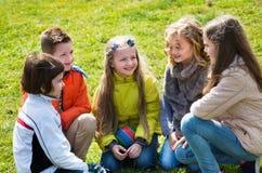 Группа в составе дети смеясь над весной парком Стоковое фото RF