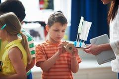 Группа в составе дети унося эксперимент в классе науки Стоковые Изображения