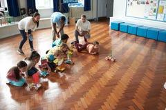 Группа в составе дети унося эксперимент в классе науки Стоковые Фотографии RF