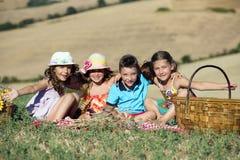 Группа в составе 4 дет имея день пикника Стоковое фото RF