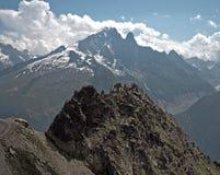 Группа в составе женские альпинисты утеса в высоких высокогорных горах Стоковое Изображение