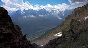 Группа в составе женские альпинисты утеса в высоких высокогорных горах Стоковые Фото