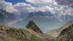 Группа в составе женские альпинисты утеса в высоких высокогорных горах Стоковая Фотография