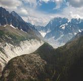 Группа в составе женские альпинисты утеса в высоких высокогорных горах Стоковое фото RF