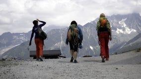 Группа в составе женские альпинисты утеса в высоких высокогорных горах Стоковая Фотография RF