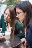 Группа в составе женские друзья на террасе caffee в смотреть осени червя Стоковое фото RF