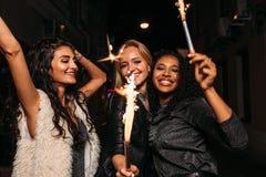 Группа в составе женские друзья с бенгальскими огнями стоковое фото rf