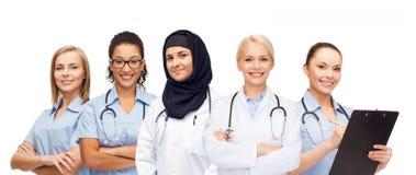 Группа в составе женские доктора с доской сзажимом для бумаги Стоковые Фотографии RF