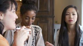 Группа в составе женские друзья встречая в ресторане Café сток-видео